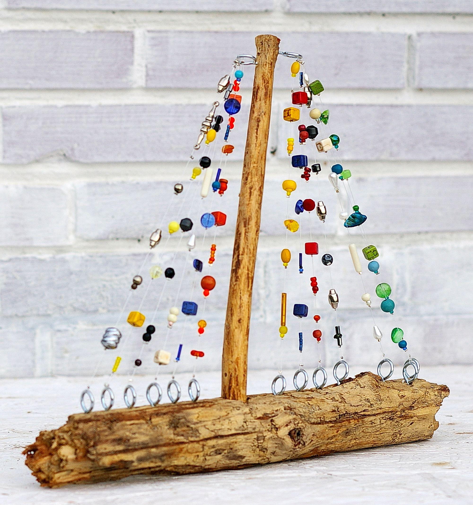 Segelboot aus Treibholz und bunten Perlen für nachhaltiges wohnen und schenken