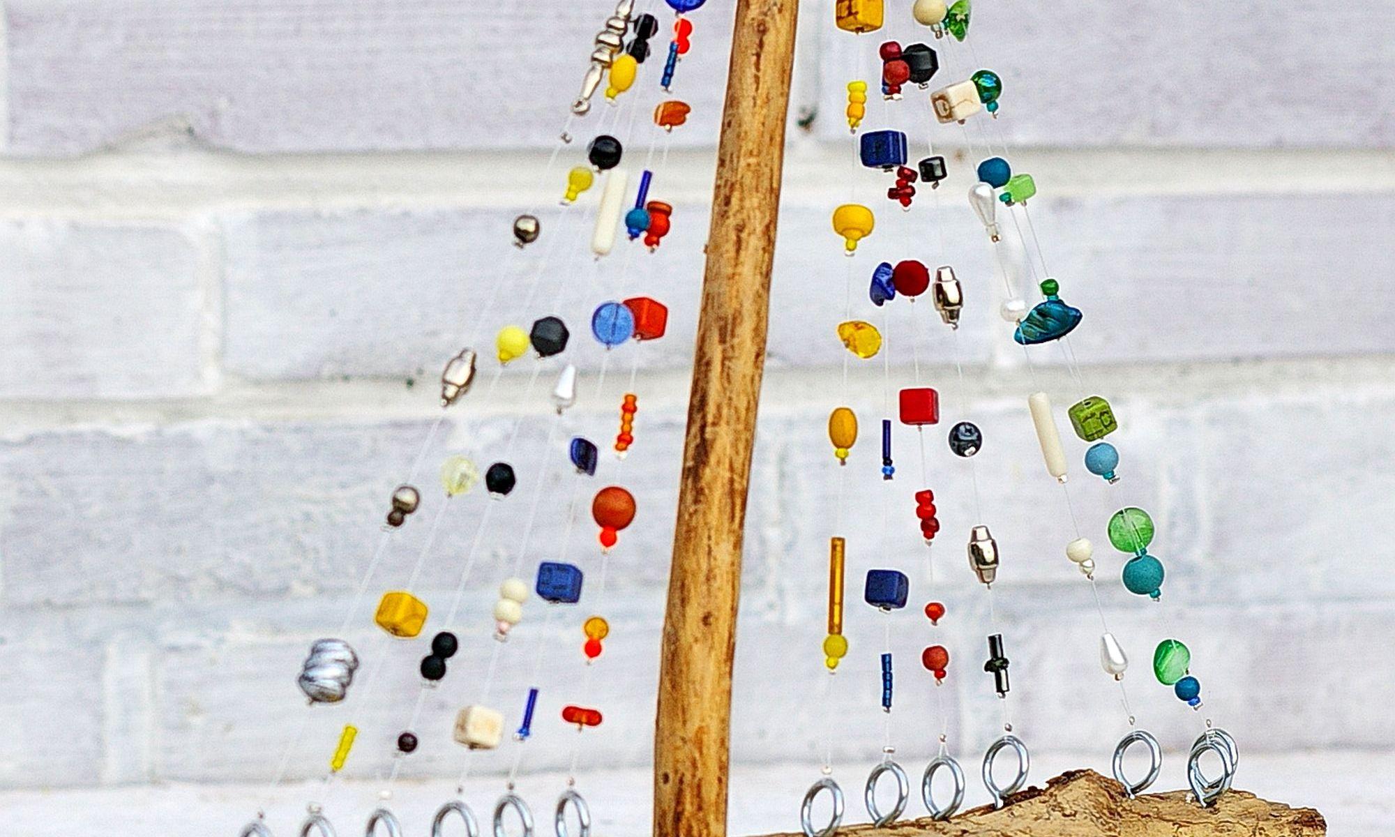 Diy Idee: Segelschiff aus Treibholz und bunten Perlen als nachhaltiges Wohnaccessoire