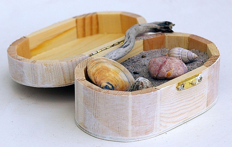 Meeresschätze wie Muscheln, Sand, Treibholz