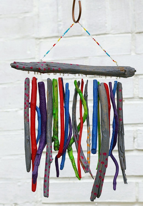 Windspiel aus Treibholz mit bunten Punkten zum Selbermachen